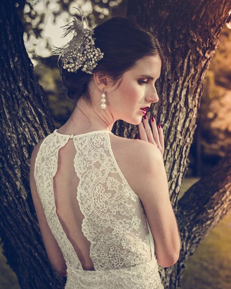 Espalda con transparencias. #boxinwhite #vestidodenovia #novias #weddingdress #brides #weddingphotography #weddingstyle #romanticstyle #headpiece #weddingideas #lace