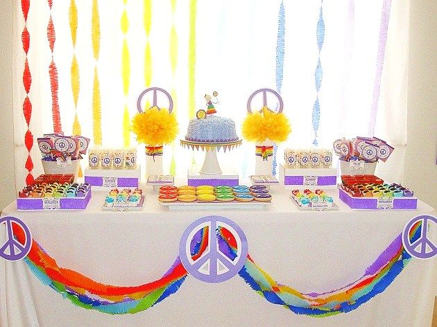 Una mesa de dulces retro y colorido / A colourful and retro sweet table