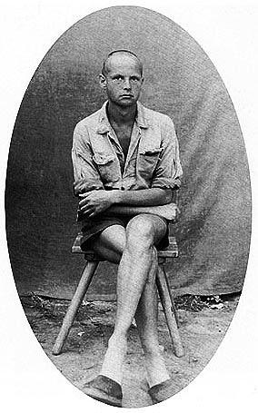 O prisioneiro Henri Cartier-Bresson.   Este registro histórico feito em 1943 mostra Henri Cartier-Bresson como prisioneiro na Segunda Guerra Mundial. Bresson esteve preso durante três anos num campo de concentração na alemanha, onde conseguiu fugir em 1943, depois da terceira tentativa. De volta a Paris participou da Resistência Francesa.