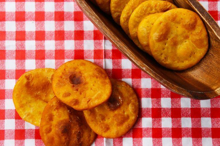 Las sopaipillas son una comida típica chilena, que se come de aperitivo o de postre. Mi manera favorita de comerlas es con pebre. Lo ideal es comerlas recién hechas, pero también pueden hacerlas co…