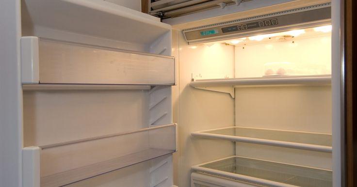 Como consertar uma geladeira que está congelando. O congelamento na geladeira pode significar que há um problema que pode estar sendo gerado porque um componente está com defeito. Esses componentes podem incluir o relógio de descongelamento, o aquecedor para descongelar ou o termostato de descongelamento. Os componentes que não estiverem funcionando adequadamente precisarão de substituição.