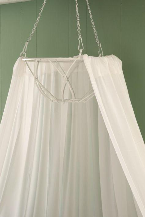 Een klamboe gemaakt van een hanging basket. Ook leuk met kerstverlichting erin