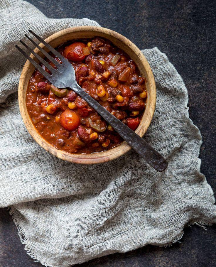 Chili sin carne on poikkeuksellisen maukas ja edullinen kasvisruoka.