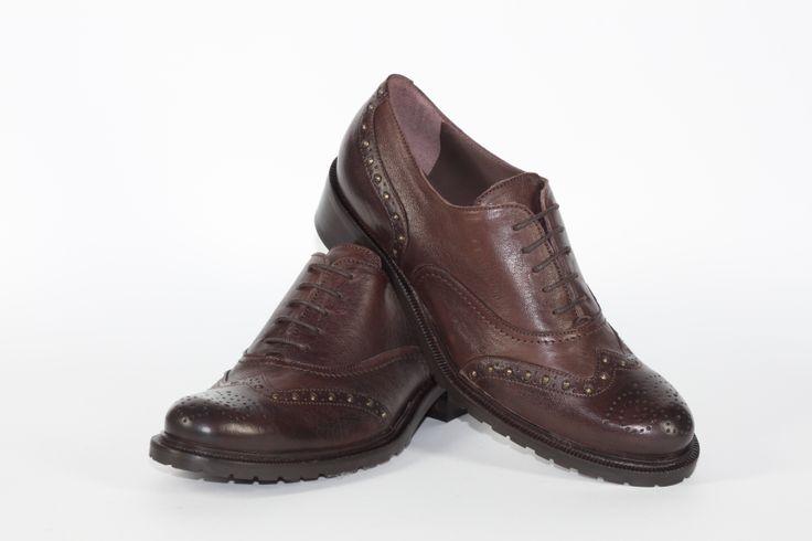Daniele Tucci Shoes propone una Vasta Gamma di Colori per il Modello di Francesina Bassa. Calzature comode, con i lacci, un must have della stagione moda A/I 2013-2014. Colore Cioccolato, Borchiette, Fondo Roccia