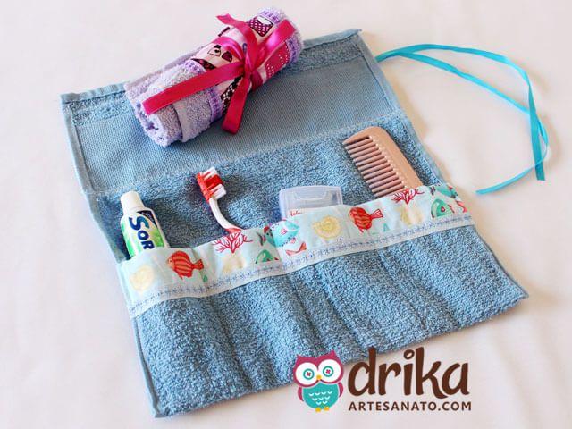 Neste artesanato passo a passo iremos mostrar como fizemos facilmente um porta kit de higiene pessoal, utilizando uma pequena toalha de mão.