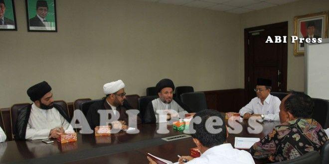 """Berkat bersatunya warga Sunni dan Syiah Irak, ISIS bisa dipukul mundur."" Sayyid Izzuddin al-Hakim. http://goo.gl/1XNJuS Silaturahmi Mujtahid Syiah Irak Ke KEMENAG RI"