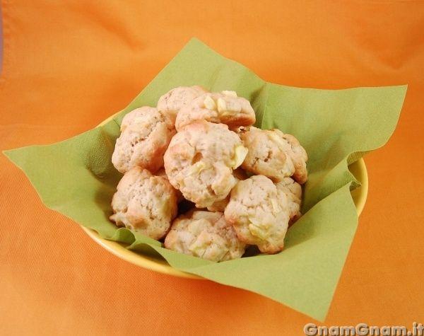 Biscotti mele e mandorle - Oggi vi propongo dei biscotti semplici, ma molto gustosi, che sanno proprio di autunno: biscotti con mele e mandorle! Ne sono venuti fuori dei biscotti morbidi e stupendi da inzuppare nel the. Dovete solo stare attenti perchè uno tira l'altro e potreste finirli prima di rendervene conto. Ho usato la classica accoppiata mela cannella, [...]