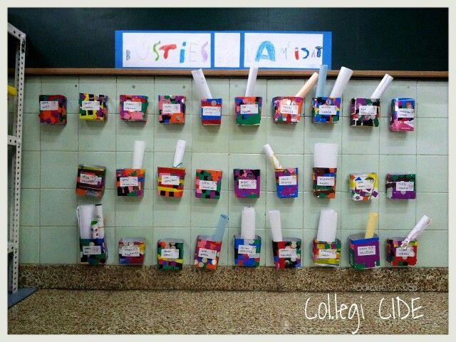 Bústies de l'amistat. Fetes amb tetrabrics decorats amb gomets i cinta adhesiva de colors. Activitat d'animació a l'escriptura i de cohesió de grup. 5 anys.