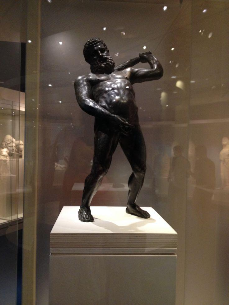 Hier zie je 'Hercules Minges', Hercules dronken afgebeeld. Wij vonden dit grappig, omdat het lijkt alsof hij een het plassen is.