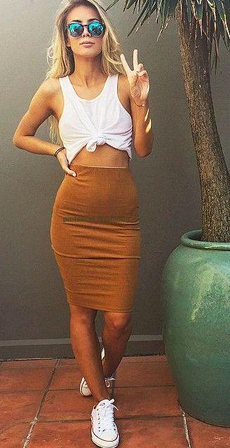 O que dizer dessa saia lápis maravilhosa ?  Tom de caramelo uma ótima combinação e essa blusa básica com Nozinho fica super estilosa encrementando o look 《 pinterest: @Lariifreitas 》