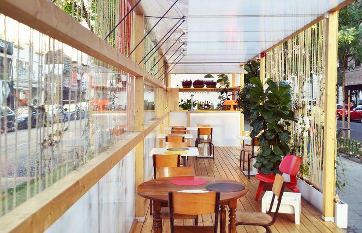 Construido en 2017 en Madrid, España. Imagenes por Pilar Cano-Lasso. En el verano de 2017, el restaurante VE-GÁ nos encarga la proyección de un pabellón en el bulevar de la céntrica calle Juan Bravo. Dada su situación...  https://www.plataformaarquitectura.cl/cl/882758/pabellon-en-juan-bravo-delavegacanolasso?utm_medium=email&utm_source=Plataforma%20Arquitectura