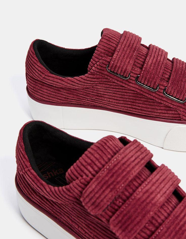 Zapatilla sin cordones de pana. Descubre ésta y muchas otras prendas en Bershka con nuevos productos cada semana