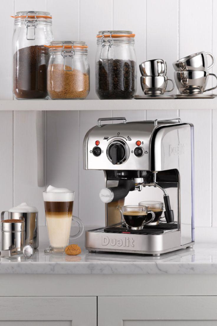 """The Coffee System fra Dualit. Espressomaskinen er udstyret med en kraftig termoblok som giver et kraftigt starttryk på 15 bar. Trykket reguleres automatisk til de optimale 9,2 bars tryk når vandet rammer kaffen. Termoblokken giver masser af kraft til den indbyggede dampfunktion og studs. """"Easy frother"""" tuden, gør det nemt at komme igang med at skumme og varme mælken til cappucino, caffe latte eller hvad du ønsker."""