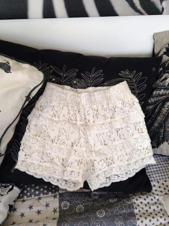 Så söta pomp de Lux shorts. Undra om de finns i storlek 86 eller 92.