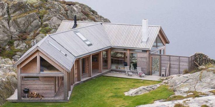TETT PÅ SJØEN: Denne hytta på Hvaler er tegnet av arkitekt Cecilie Wille.Utvendig kledning og ...
