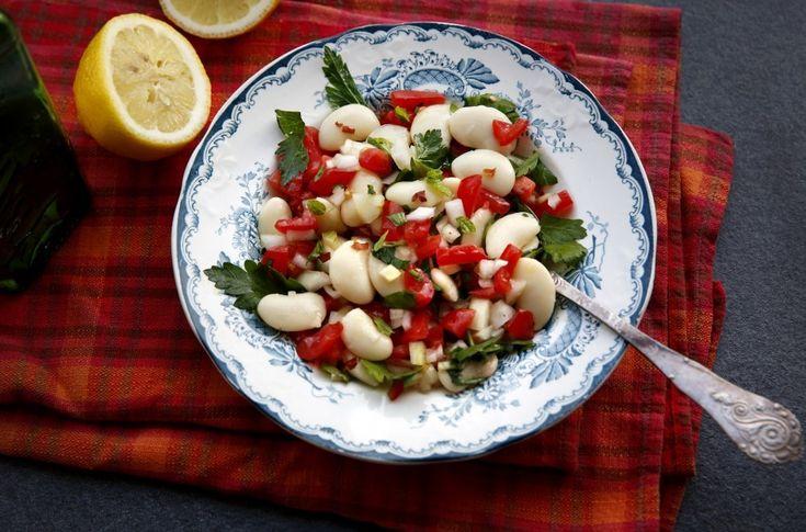 Superenkel bønnesalat er mild og myk, saftig og sprø på en gang.