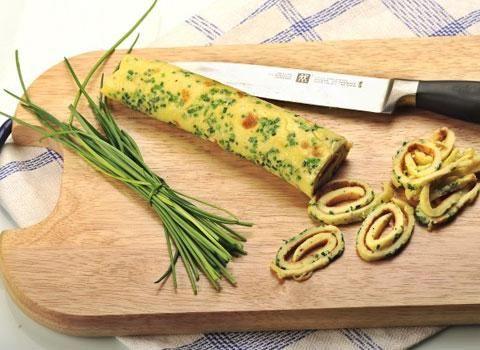 Velmi jednoduchá a rychlá příprava skvělé a netradiční zavářky do různých polévek. Pažitkové nudle jsou chutnou zavářkou, která lahodí oku a vhodně polévku doplňuje.