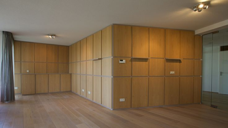 Wandafwerking met verplaatsbare schappen in de woonkamer