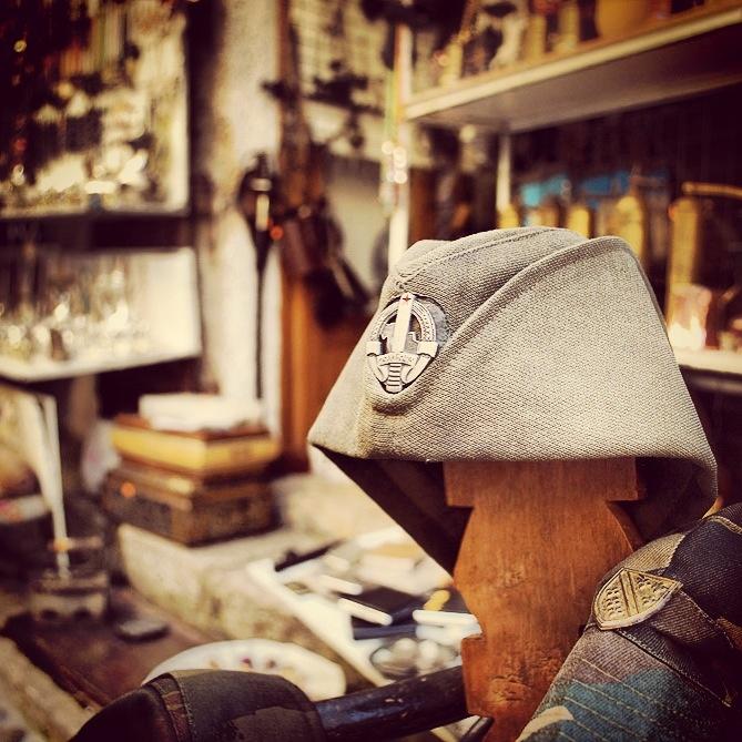Savaş hatıraları satılan hediyelik eşya dükkanı / Mostar - Bosna Hersek