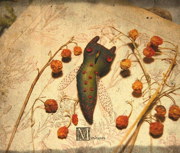 Мухонь Зеленушчатый, Брошчатый .   6.5 см, текстиль, акрил, стеклянные глаза ручной работы .   Ищет свою волшебницу .   #мандрагорины_брошки #мандрагоринычудовища #аксессуар #брошка #брошь #муха #мушка #зеленый #существо #моймир #brooch #mandragora #mandragora_root