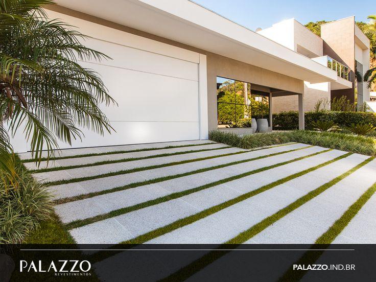 Revestimento Eros possui acabamento com pedras naturais. Disponível em três cores, branco (foto), palha ou ouro, é produzido em diferentes formatos e tamanhos. Neste projeto, utilizado para fazer o caminho da garagem. #revestimento #piso #garagem #palazzo #pedrasnaturais #calçada #arquitetura #estilo #design