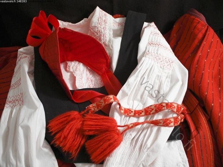 Kansallispuvun osia - kansallispuku Lapväärtti kirjattu pusero liivi myssy nauha tupsu kulttuuri perinne puku pukeutuminen