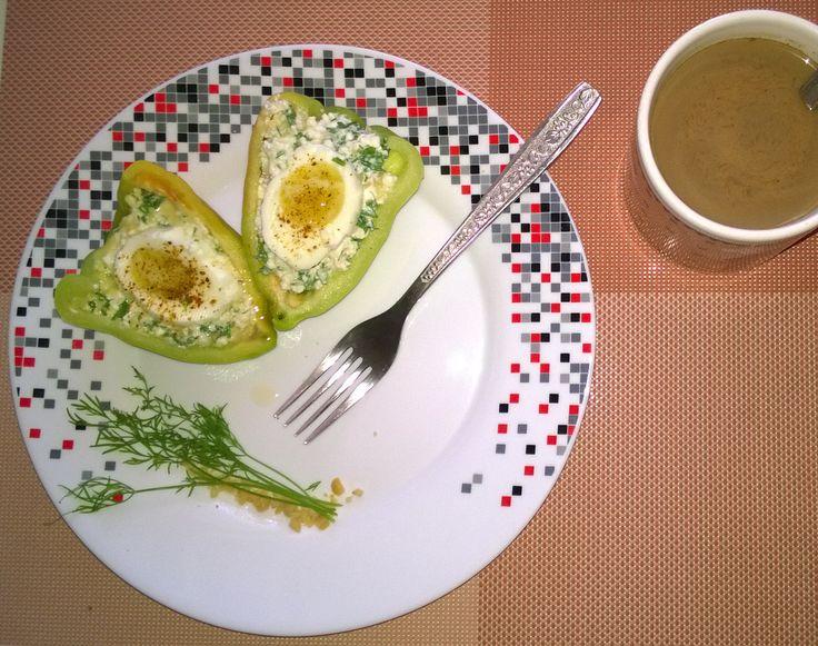 Завтрак правильного питания. Фаршированные перчики смесью из: творога, вареного яйца, чеснока, сыра, специй. Подогреть в микроволновке минуты 2, для сочности блюда.