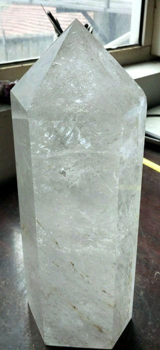 Gigantische Berkristal punt van maar liefst - 340 x 130 x 110 mm - 7.4 kg  Gigantische Berkristal punt van maar liefst 340 mm hoog!en 130 mm x 110 mm dik. Komt uit de kristalmijnen van de Provincie Minas Gerais te Brazillie. Zeer zelden vind je een enkele punt die zo hoog en lang is en toch nog helder. Weegt /- 74 kiloPrachtig helder fonkelend topstuk voor de verzameling en of als fraai natuurlijk kunstwerk in de huiskamer en of op kantoor. Ook fraai als er een lichtbron achter word…
