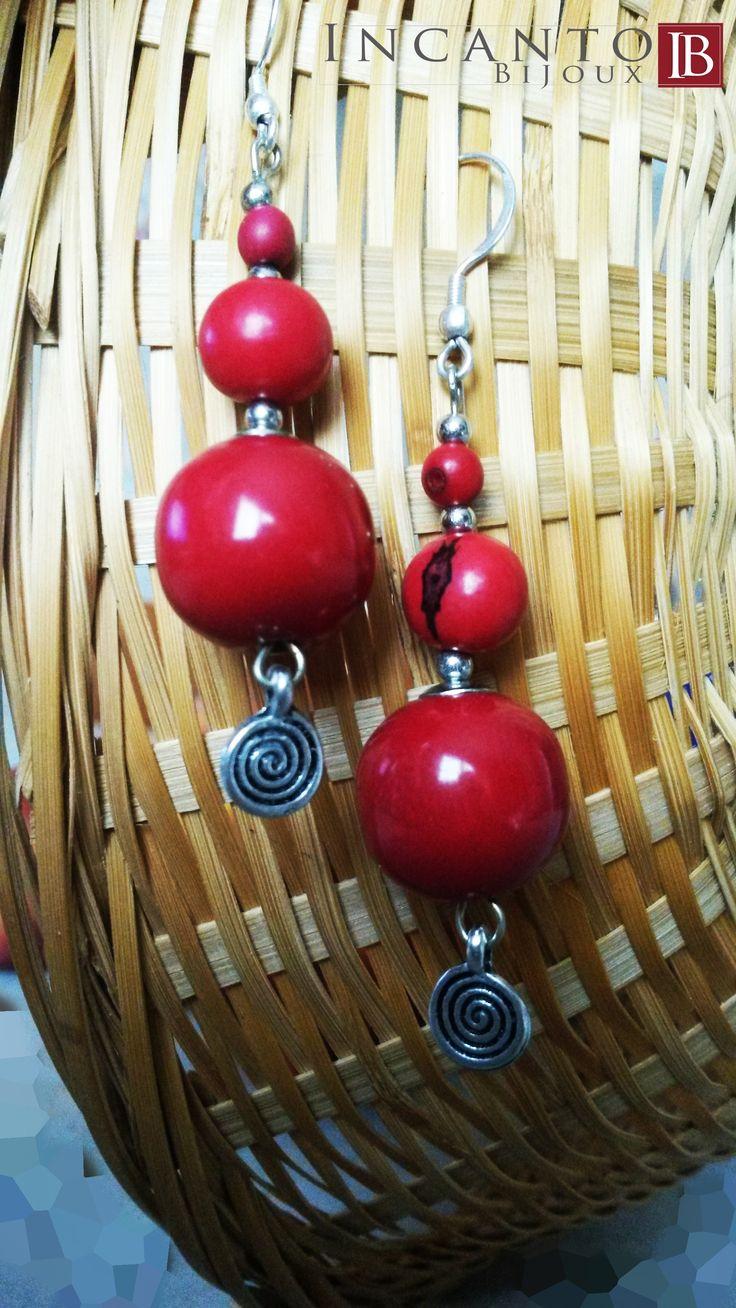 n questa giornata uggiosa ☔ non potevo che presentare qualcosa dai colori vivaci. Ed ecco il rosso di questi orecchini con sfere in Tagua e monachella in argento. Euro 10.