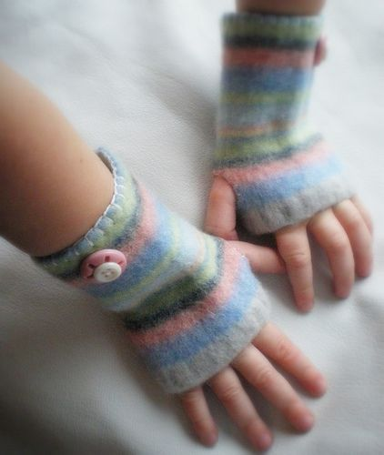 tiny wristwarmers made from a felted sweater.: Wool Sweaters, Fingerless Gloves, Vintage Buttons, Felt Wool, Felt Crafts, Sweaters Sleeve, Blankets Stitches, Fingerless Mittens, Felted Wool