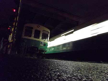 地面の近くまで目線を下げると、電車は大きい。走り去る列車は輝く光の帯、休む列車を見上げて、動き始める朝を思う。[2011/8 瓦町駅 高松琴平電気鉄道長尾線 夜間滞泊列車(1200形)]© 2010 風旅記(M.M.) 風旅記以外への転載はできません...