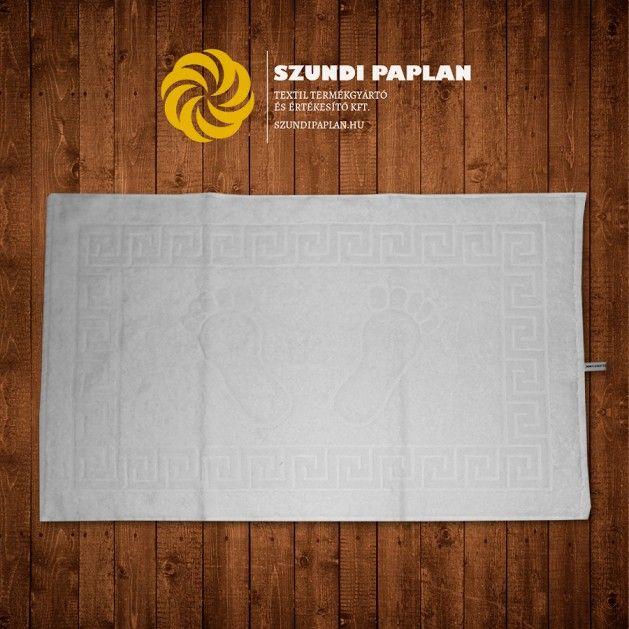 Szállás textil: Kádkilépő talplenyomat mintával, 50x70 cm, fehér, Puha, jó vízfelszívó képeséggel rendelkező kádkilépő. Körben görög jellegű sormintával, középen talplenyomat mintával utalva a funkciójára. Méret:50×70cm Anyag: Frottír, 100% pamut, kb. 700 g/m2 Minimális rendelési mennyiség: 10 db, paplan, párna és ágynemű gyártás