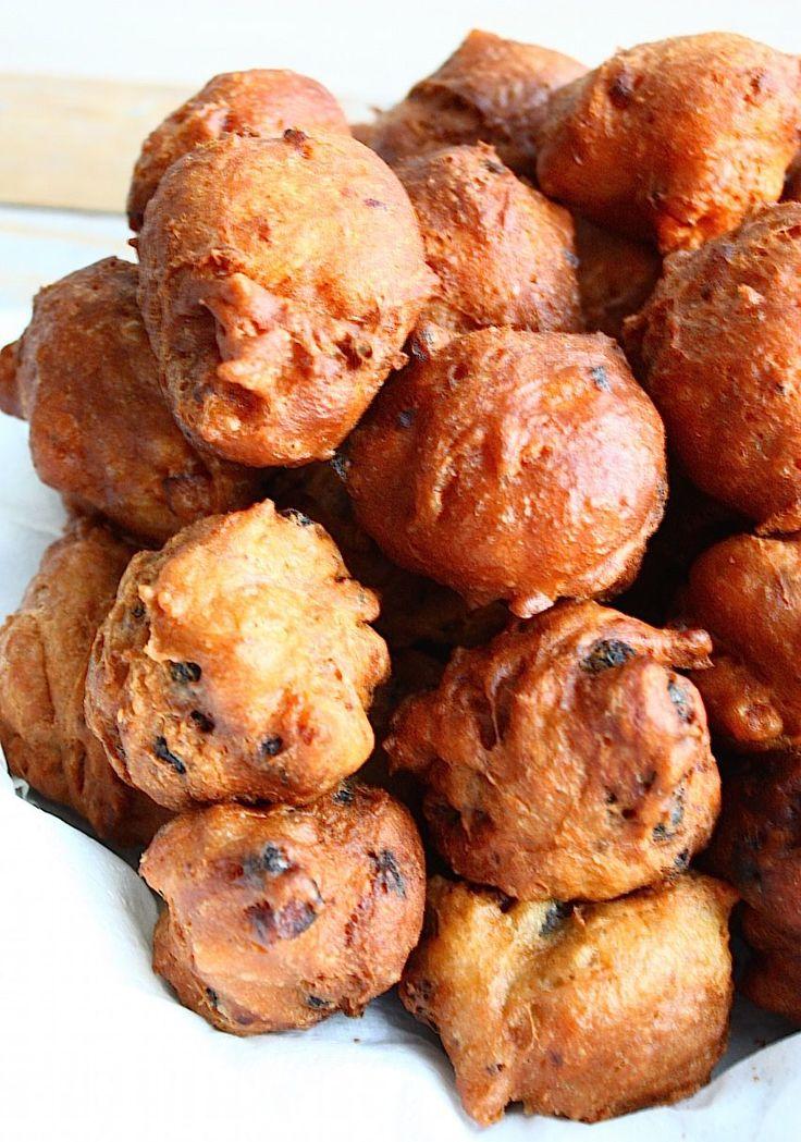De allerlekkerste oliebollen van Nederland zijn van Eetschrijver. Zoek niet verder, hier vind je het ultieme recept voor zelfgemaakte bollen met bellen.