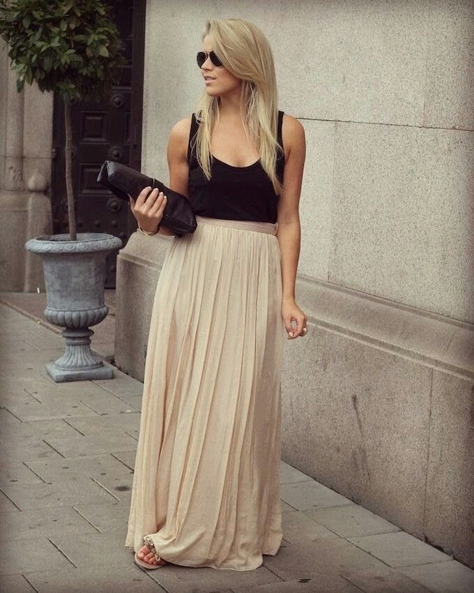 Nude maxi skirt with wide pleats with a loose slub top in black!