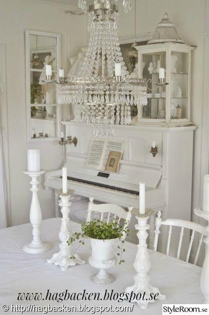 vardagsrum,piano,kristallkrona,matrum,fönsterspegel,ljusstakar,plättar på tråd,vitt,lantligt,matrumsbord,dekoration
