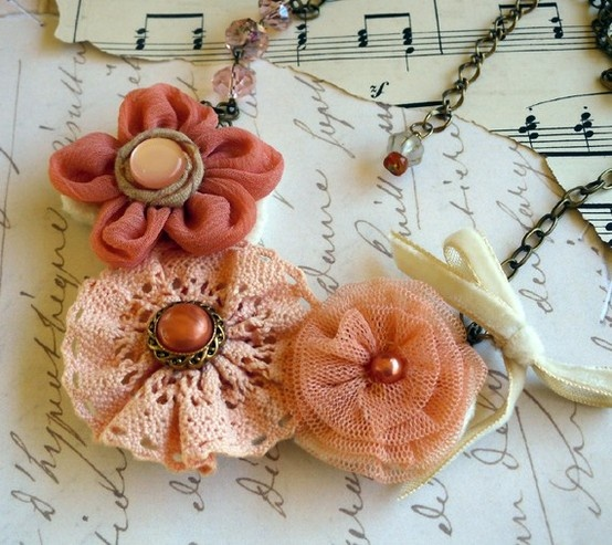 Adorable flower necklace (from Pinterest)