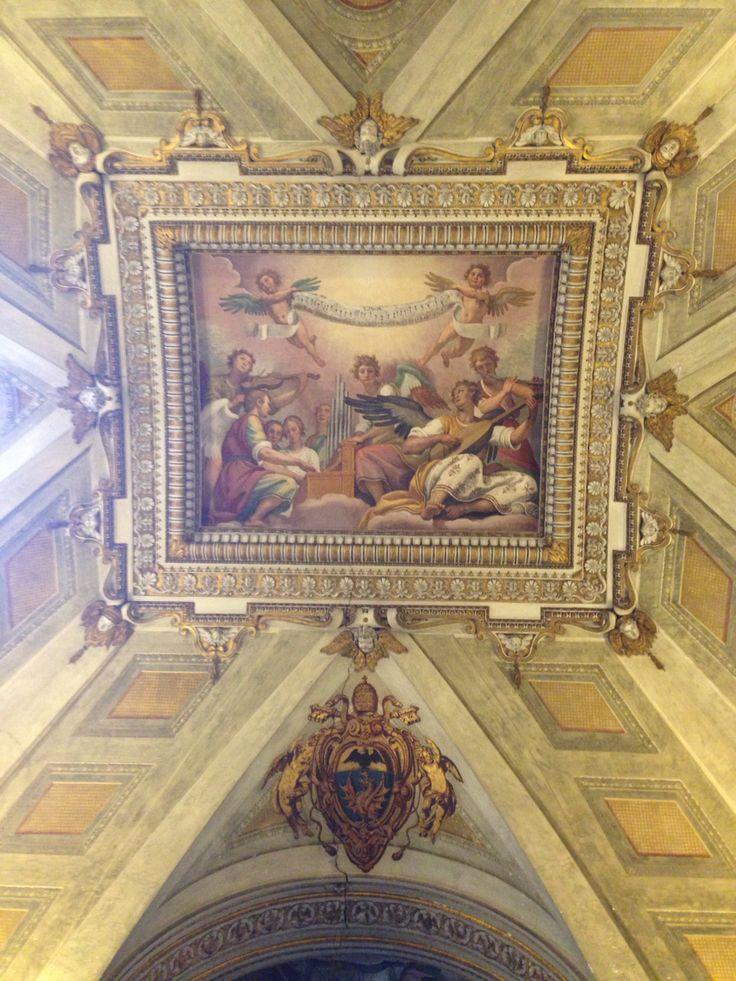 Dinsdag 6 oktober Een afbeelding op het plafond van de Santa Maria Maggiore. Engelen maken samen muziek, de ene speelt orgel, de ander speelt viool en nog een mandoline (bolle gitaar). Twee andere engelen houden een lint vast met muziek noten erop.