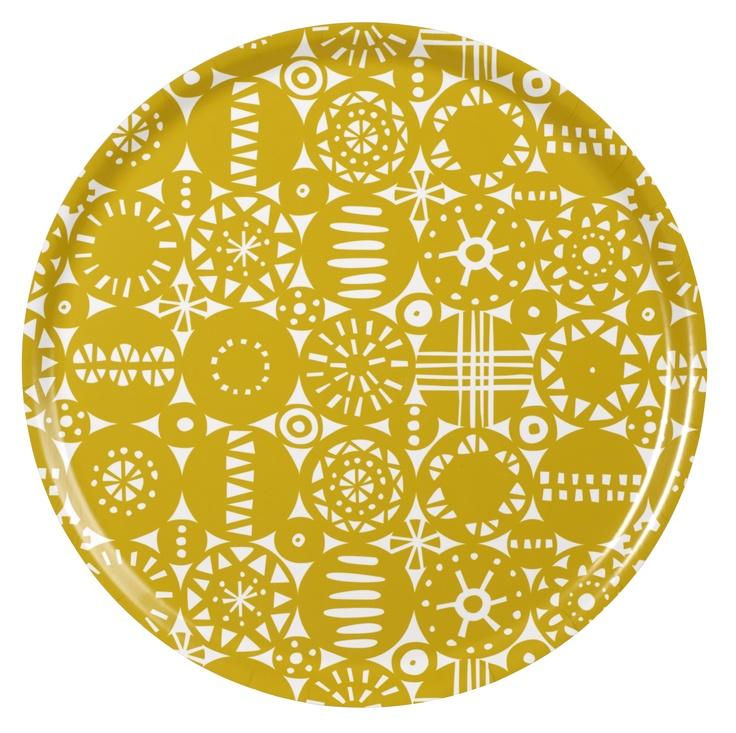 Geometrische Muster und 1960er Jahren sind nur einige der Einflüsse, die die schwedische Künstlerin Lotta Glave zu dem Muster Retro anregten. Das trendige Muster Retro ist ein typischer Beweis wie sich Lotta Glave ihrem Gestaltungsbild treu bleibt und sich auf neue Herausforderungen einläßt. http://www.scandinavian-lifestyle.de/Marken/Bengt-und-Lotta/Servieren/Tabletts/-31-cm/Bengt-und-Lotta-Retro-gelb-Tablett-31-cm?c=1677