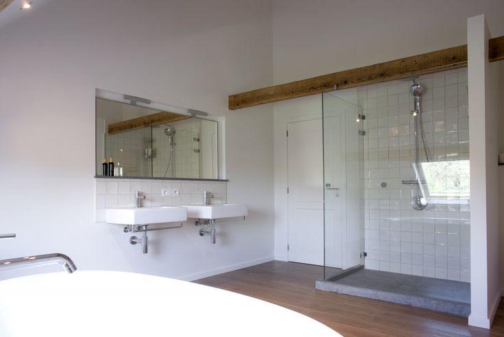 Onze service voor badkamers omvat zowel het maken en plaatsen van badmeubels als complete badkamerrenovaties.