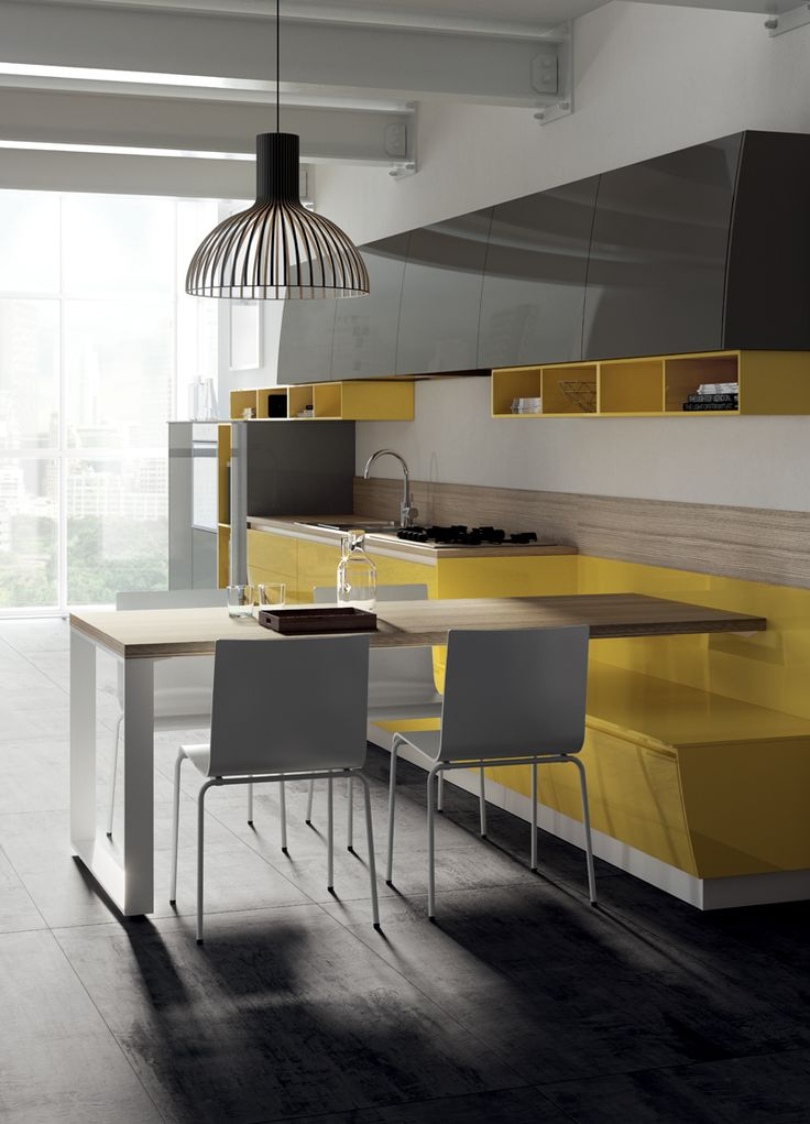 A dynamic solution where curved elements cohabit with open-fronted elements in a freestyle composition. The colour combination is an interesting feature!