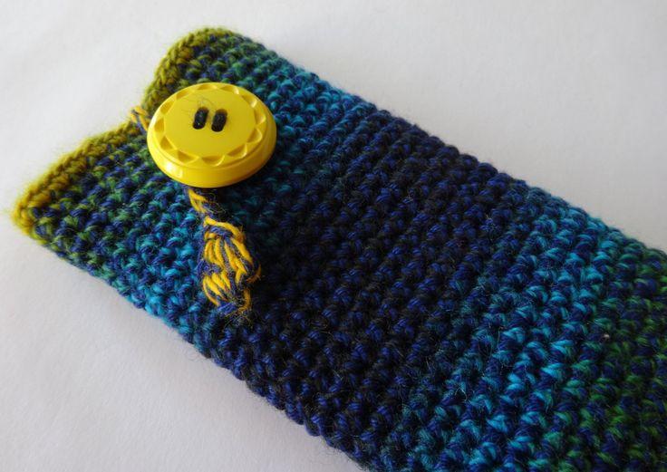 Gehaakt iPhone 6 hoesje, van blauw groen geel merino verloopgaren en blauw haakkatoen met een gele knoop. door MeesterMaakt op Etsy