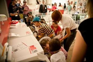 Miele incheie prima actiune umanitara din Romania  si daruieste haine copiilor nevoiasi