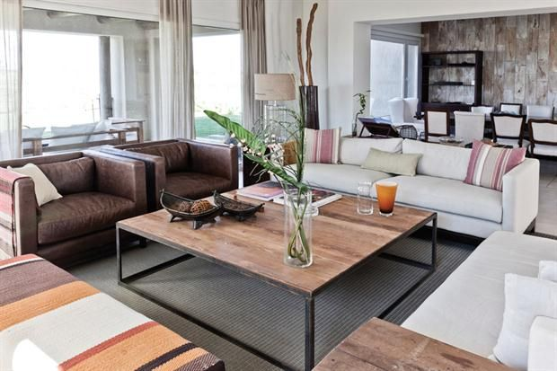 Con la madera como protagonista  Los dos sillones restantes están tapizados en rafia natural, y los almohadones del asiento y del respaldo, en lino color tiza. La banqueta, hecha especialmente para esta casa..