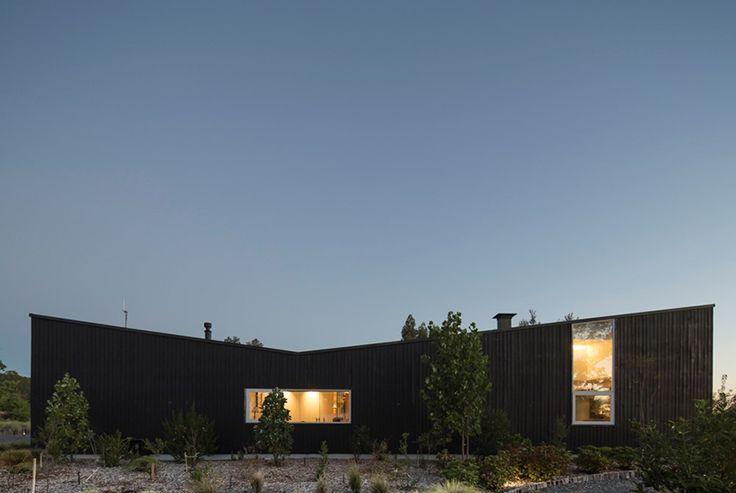 CASA LAS QUEMAS. #WAA #arquitectura #arq #architects#architecture #arqchile#archdaily #houses #house #Chile#arquitecturachilena #obra #construccion #design #arquitecturalatinoamericana #homedetails #housedesign #building #instaarq #instaarch #instadesign #wood #madera #tree #forest #bosque #xregion #osorno #yard