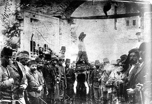 Santeos: Τούρκοι στρατιώτες  στέκονται δίπλα στο κρεμασμένο...