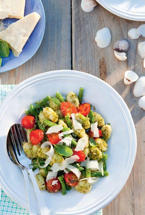 eb je een pak gnocchi liggen en weet je niet goed wat je erbij kunt eten? Bereid de gnocchi met pesto, kerstomaatjes en Parmezaanse kaas. Mmm!  http://www.vriendin.nl/koken/recepten/7273/recept-voor-italiaanse-gnocchi-met-pesto-sperziebonen-en-tomaatjes