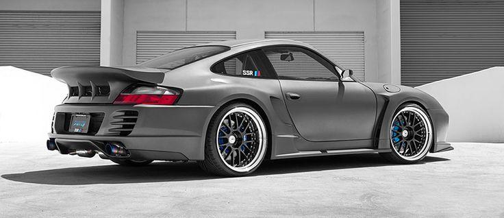 C'est une réalisation des plus impressionnante que nous livre le tuner SSR Wheels avec cette méchante Porsche 911 type 996 qui se voit équipée d'un furieux kit carrosserie et d'une…
