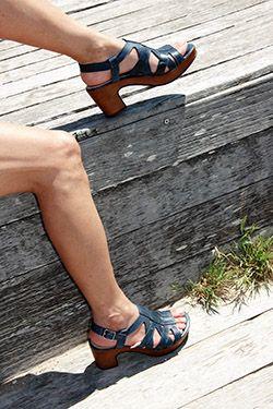 sandalias azul marino de tacón, sujetas y muy cómodas