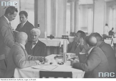 Dyskusja w bufecie sejmowym. Widoczny poseł Zygmunt Zaremba (1 zlewej) i senator Andrzej Strug (z lewej, jasne włosy) oraz Adam Próchnik (stoi między Zarembą a Strugiem).