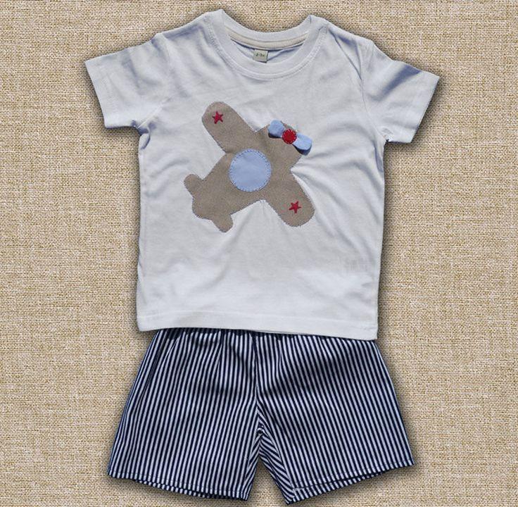 T-shirt con aeroplano e pantaloncini (FOTO)